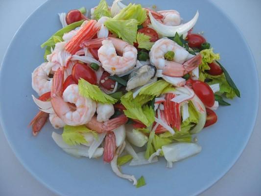 Салат из морепродуктов морской коктейль фото